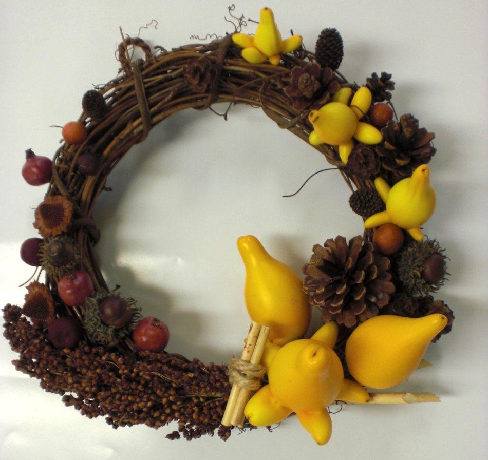 Couronne de Noël avec pommes de pin, graines et fruits orange de morelle mammiforme