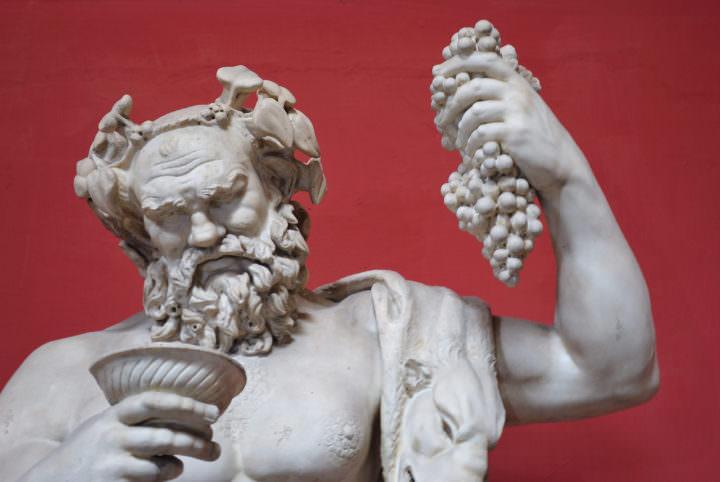 Sculpture de Dionysos portant une couronne de lierre.