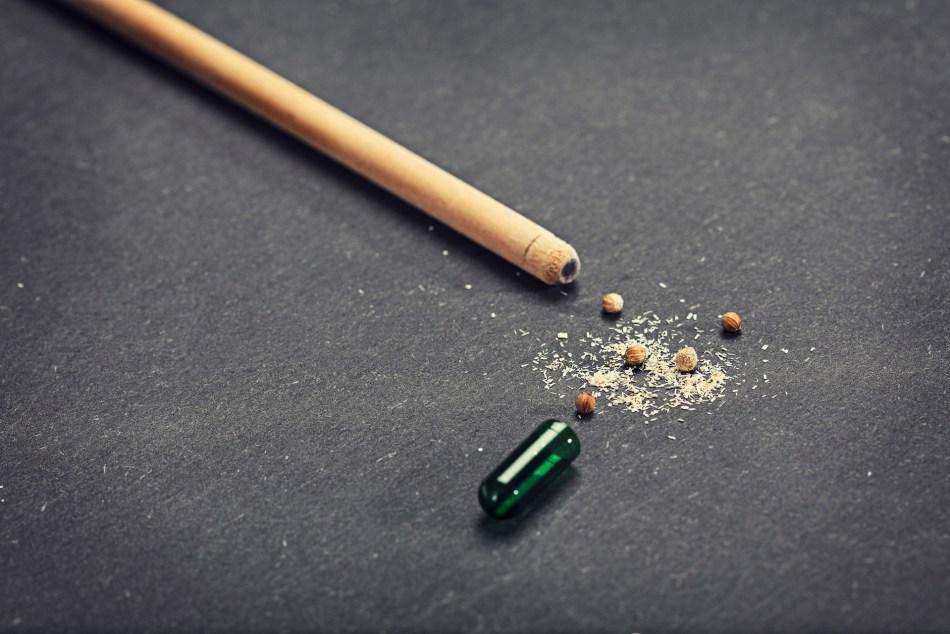 Crayon avec le dessus enlevé, montrant les graines à l'intérieur.