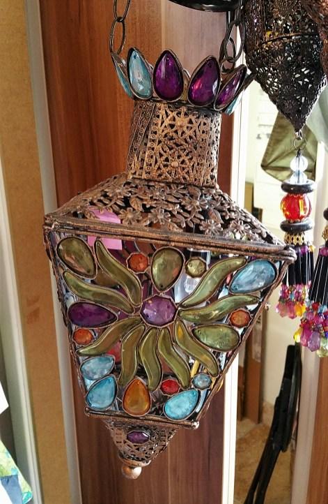 Lampe à suspendre en étain sertie de cabochons et de perles en résine teintée, INDE - Prix de vente : 90€.