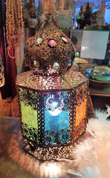 Lampe de chevet en étain sertie de perles en résine teintée, paroi en plasticine teintée, INDE - Prix de vente : 50€.