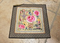 """Housse de coussin """"Floral"""" en soie brodée de fils de soie, fermeture éclair, INDE - Dimension : 28 cm x 32 cm - Prix de vente : 20€."""