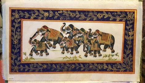 Pitchway peint à la main sur tissu représentatif de scène indienne, INDE - Dimension : 22.5 cm x 49 cm - Prix de vente : 55€.