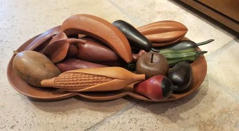 Coupe de fruits en bois de Suar, fruit sculpté et peint à la main, INDONESIE - Prix de vente : 120€.