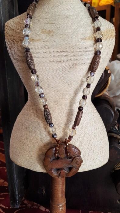 Collier en jadéite, perle de verre, élément et fermoir en métal argenté, INDE - Prix de vente : 60€.