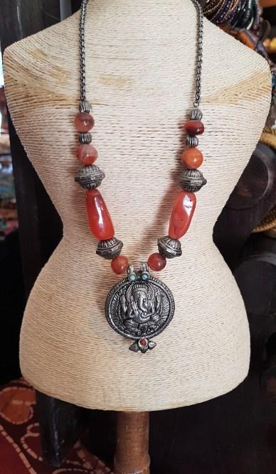 """Collier en cornaline, pendentif """"Ganesh"""" et fermoir en métal argenté, INDE - Prix de vente : 30€."""