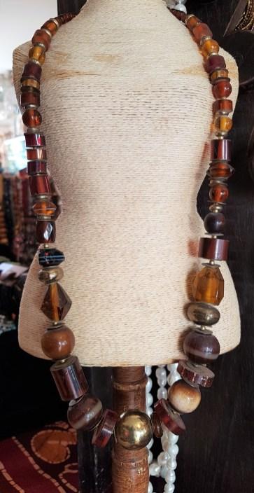 Collier en perle de résine, INDE - Prix de vente : 45€.