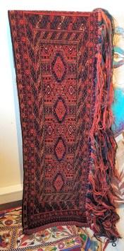 """Tapis de selle """"Torba"""" en velours de laine sur chaîne en laine ; tissage traditionnel fait à la main et frange longue en laine (Fin 19ème siècle), OUZBEKISTAN - Dimension : 118 cm x 35 cm - Prix de vente : 850€."""