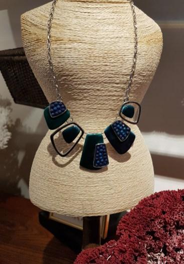 Collier avec chaîne en métal argenté et pétale de résine, INDE - Prix de vente : 25€.