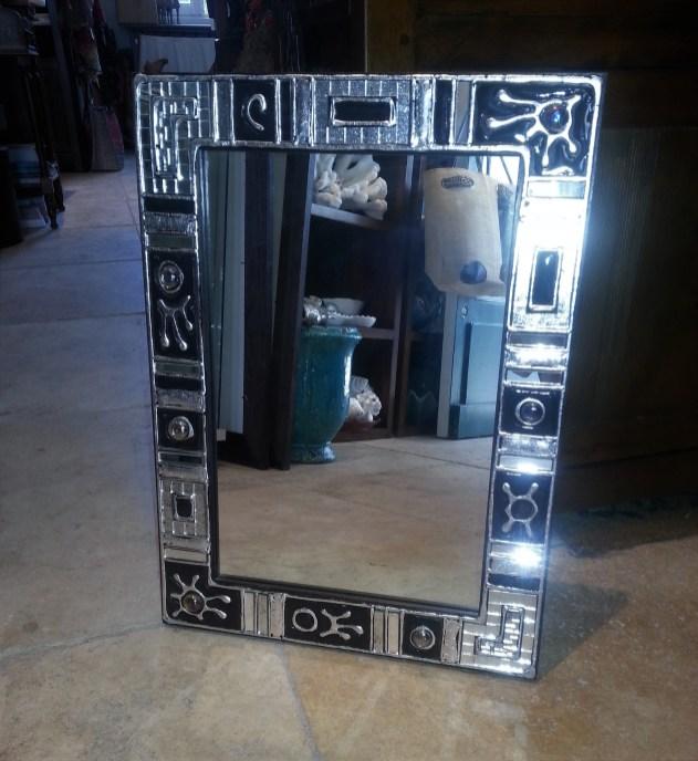 """Miroir """"Hyun Sook"""" en mosaique de verre et email, CHINE - Dimension : 39 cm de large x 53 cm de haut - Prix de vente : 180€."""
