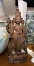 Bouddha thailandais en bois, position de la prise de la terre à témoin ; ce mudrā représente le moment où Bouddha est devenu illuminé sous l'arbre de la Bodhi (Début 20ème), INDE - Dimension : 19 cm de haut - Prix de vente : 110€.