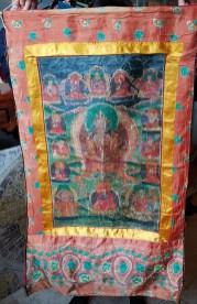 Tangka en toile de lin avec encadrement en soie, NEPAL - Dimension : 57 cm de large x 102 cm de haut - Prix de vente : 120€.