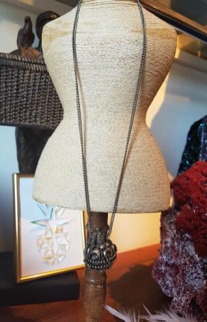 Sautoir avec chaîne et pendentif en forme de fiole en métal argenté, INDE - Prix de vente : 40€.