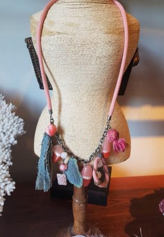 Collier en tissu et perle de résine, INDE - Prix de vente : 28€.
