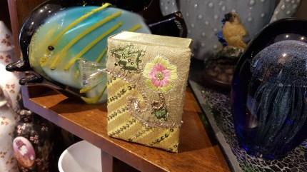 Boîte en tissu brodée de perles et de fils dorés, INDE - Prix de vente : 13€.