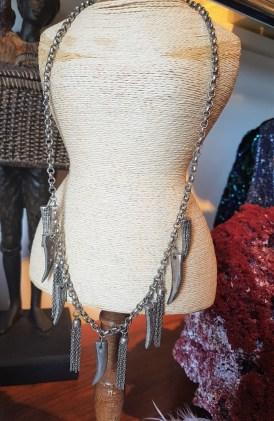 Collier avec chaîne et pendentif en métal argenté, INDE - Prix de vente : 20€.
