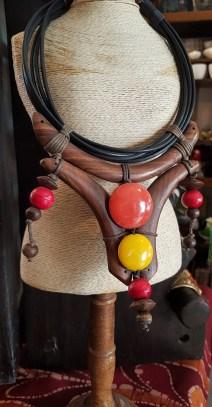 Collier style plastron en bois, perle en résine et lien en cuir, INDONESIE - Prix de vente : 40€.