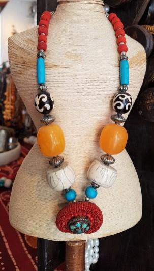 Collier en perle de poudre de turquoise et perle de résine, pendentif en perle serti de poudre de turquoise, NÉPAL - Prix de vente : 30€.