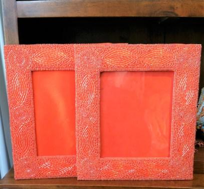 Cadre photo en perle brodée sur cadre en tissu, INDE - Dimension : 27 cm de haut x 24 cm de large - Prix de vente : 30€.