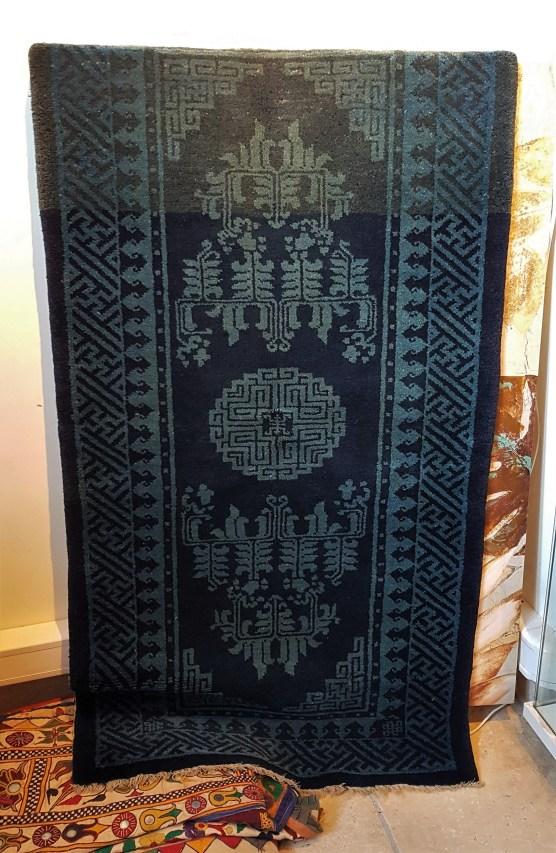 """Tapis """"Pao Tao"""" en laine ; à médaillon central décoré d'arabesques sur fond bleu, tissage traditionnel fait à la main avec jute (Fin 19ème siècle), CHINE - Dimension : 125 cm x 65 cm - Prix de vente : 850€."""