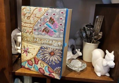 Coffret en tissu brodé de perles et de fils de satin, INDE - Prix de vente : 50€.