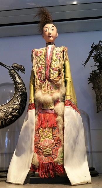 Marionnette chinoise sur socle, corps en bois et tenue en soie, CHINE - Prix de vente : 190€.