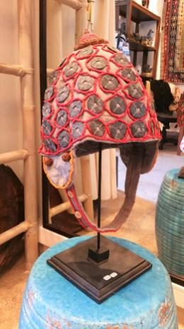 """Coiffe """"Papou"""" récente sur tissu confectionnée de perles rouges tissées, de pièces et de perles en bois, INDONESIE - Prix de vente : 90€."""