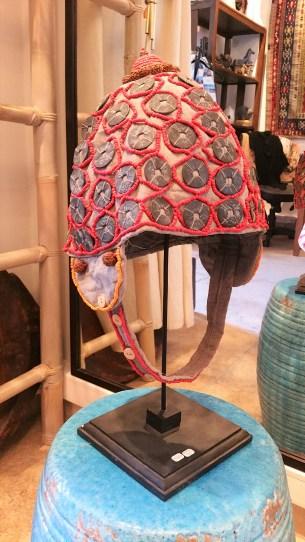 """Coiffe """"Papou"""" récente sur tissu confectionnée de perles rouges tissées, de pièces et de perles en bois, INDONÉSIE - Prix de vente : 90€."""