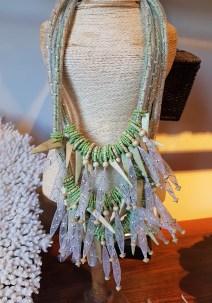 Collier en perle de bois enrobée de tulle, INDE - Prix de vente : 30€.