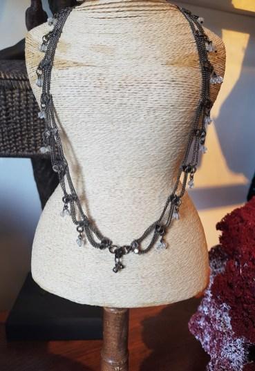 Chaîne en métal argenté serti de perle en résine, INDE - Prix de vente : 30€.