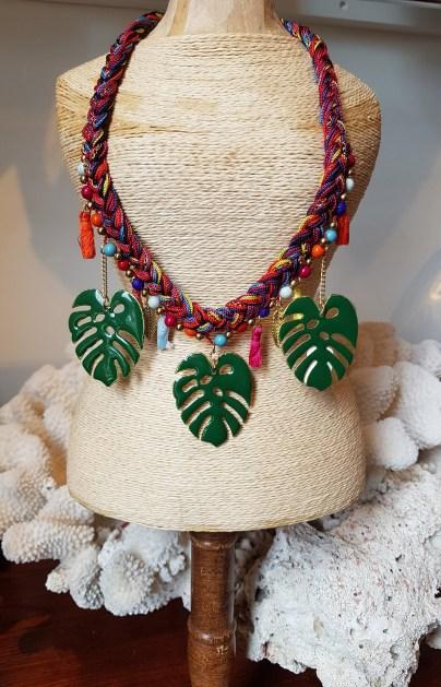 """Collier """"Feuille"""" en email et cordon en fil de coton serti de perles et de pompons, INDE - Prix de vente : 35€."""