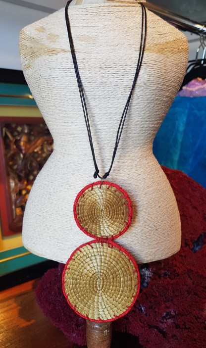 Collier en Capim Dourado serti de fils de coton, tour de cou en cordon noir, Jalapao au BRESIL - Prix de vente : 65€.