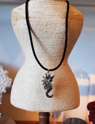 """Collier """"Hippocampe"""" pendentif en abalone, cordon en cuir, INDONÉSIE - Prix de vente : 10€."""