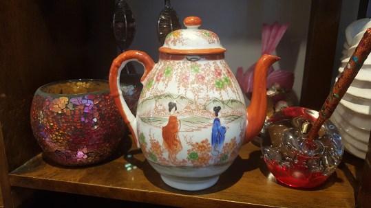 Théière en porcelaine japonaise, décor peint à la main, JAPON - Prix de vente : 25€.