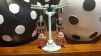Boucles d'oreilles à trou en perle de résine, INDE - Prix de vente : 18€.