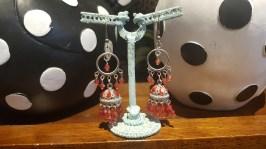 Boucle d'oreille à trou en perle de résine, INDE - Prix de vente : 18€.