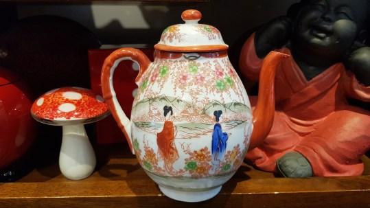 Théière en porcelaine japonaise, décor peint à la main, JAPON – Prix de vente : 25€.