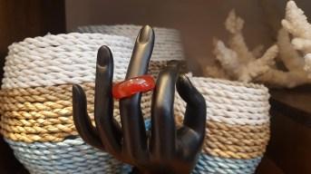 Bague rigide en cornaline, MADAGASCAR – Prix de vente : 6€.