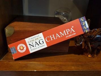 """Encens GOLDEN NAG CHAMPA marque """"Vijayshree"""" mélange de la fleur Champa, d'écorces de bois de santal et de résines de l'arbre """"Malabarica"""", INDE - Quantité : 15 bâtonnets - Prix de vente : 2€."""