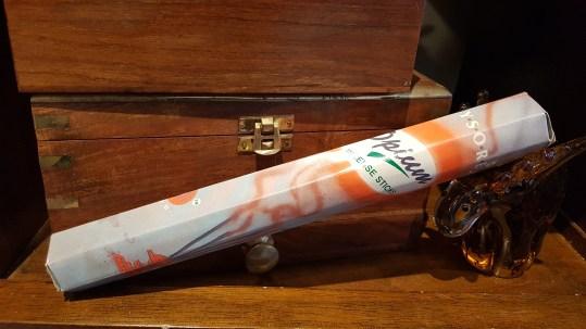 Encens OPIUM mélange de la fleur de pavot, d'une huile essentielle d'opium et de résines de l'arbre « Malabarica », INDE – Quantité : 15 bâtonnets – Prix de vente : 2€.