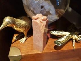 """Sceau chinois en pierre de savon gravé sur le dessus d'un des signes du zodiaque chinois """"Serpent"""", CHINE - Prix de vente : 15€."""