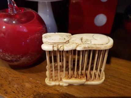 Cage à grillon en os de buffle gravée et taillée à la main ; les grillons occupent une place importante dans la tradition chinoise symbolisant le bonheur et la longévité. N'ayant plus comme simple fonction le chant, les grillons sont devenus un robuste insecte de combat permettant le gain d'argent (Dynastie TANG, 700 ans après J.C), devenant une tradition. Aujourd'hui, la coutume chinoise est d'offrir un grillon dans sa cage lorsque une personne emménage dans sa nouvelle habitation, CHINE - Prix de vente : 90€.