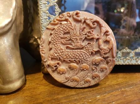 """Amulette style disque """"Bi"""" en jadéite utilisée comme offrande, CHINE - Prix de vente : 40€."""