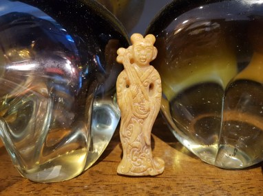 Amulette représentant des dames de cours en jadéite utilisée comme offrande, CHINE - Prix de vente : 40€.