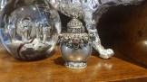 Tabatière en métal argenté ciselé sertie de turquoise et de corail, INDE - Prix de vente : 25€.