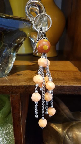 Porte-clef en perle de résine, INDE – Prix de vente : 12€.