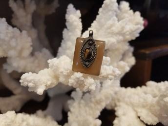 Pendentif en agate serti de métal argenté, INDE - Prix de vente : 8€.
