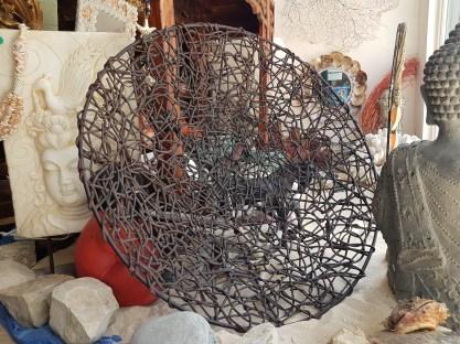 Coupe en tige de bois entrelacée sur pied arabesque en métal, INDE - Prix de vente : 90€.