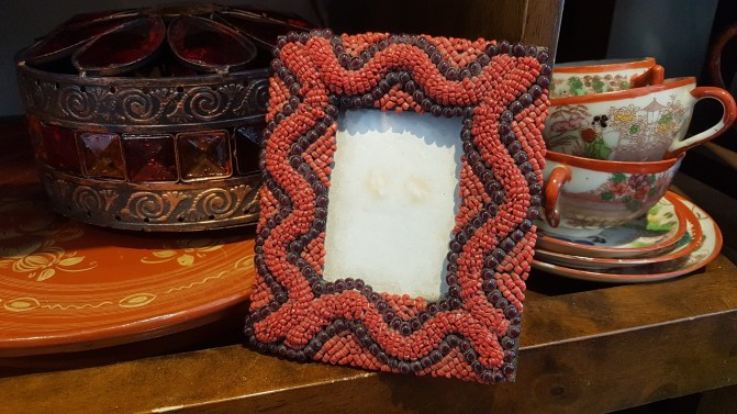 Cadre photo en bois serti de perles et de turquoises, NEPAL – Dimension : 12 cm de haut x 10 cm de large - Prix de vente : 20€.