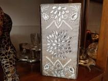 Coffret en tissu brodé de perles, INDE - Prix de vente : 55€.